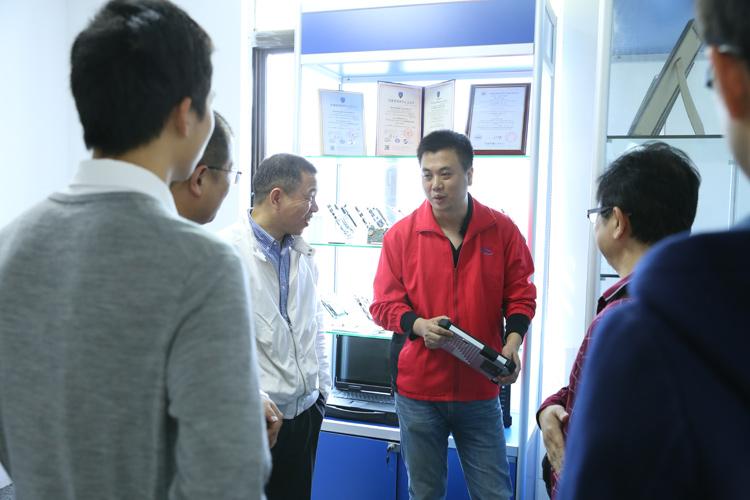 科拉德总经理代高辉讲解科拉德公司的高新科技产品